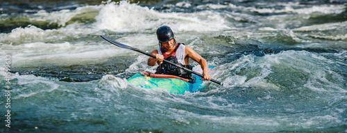 Valokuvatapetti Guy in kayak sails mountain river