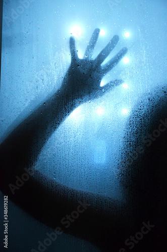 Obraz Sylwetka zimą oświetlona reflektorami  - fototapety do salonu