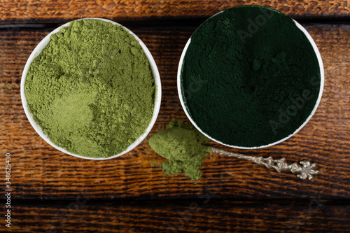 An isolated tablespoon of dried organic wheat grass and spirulina powder, on whi Tapéta, Fotótapéta