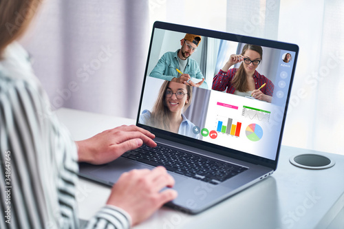Fotografia Employee talking with colleagues on video conference