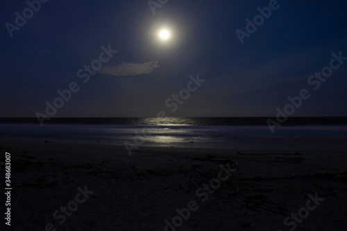 Foto Scenic View Of Sea At Dusk