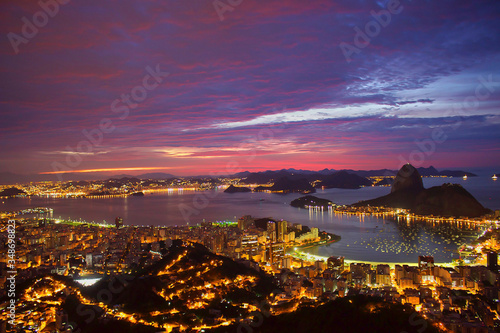 Fotografia High Angle View Of Illuminated Residential District And Guanabara Bay At Dusk