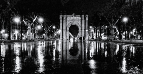 Foto Arch Reflecting In Wet Asphalt At Night