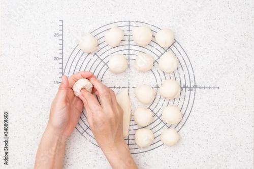 自宅でパン作り ちぎりパンを作る工程 2-生地を分割し、まるめる Canvas Print