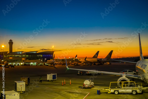 Obraz HOUSTON, EEUU, JANUARY, 29, 2018: Beautiful outdoor view of a Boeing 777-200 of United Airlines in the airport of Houston in a sunset - fototapety do salonu