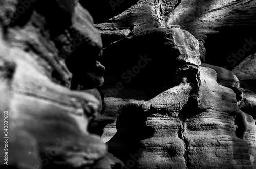 Valokuva Muro de roca con sombras duras