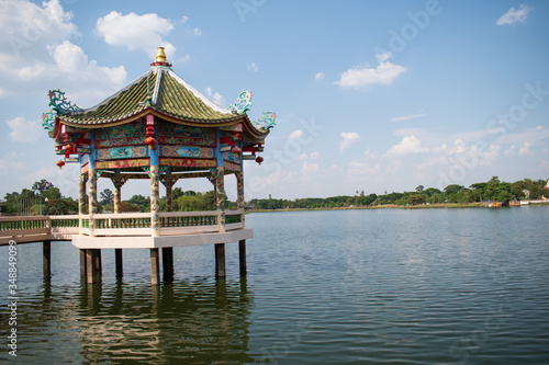 Photo chinese pavilion in the park above the water
