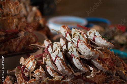 Photo Pile of red crabs in Hanoi night market in ambient light