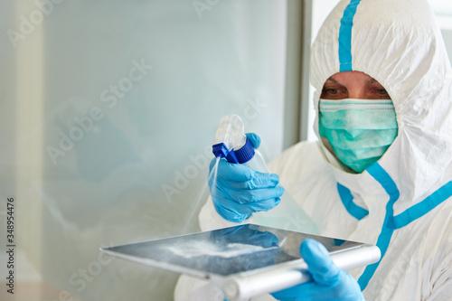 Fototapeta Reinigungskraft desinfiziert von Tablet Computer Touchscreen obraz