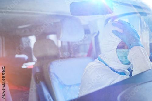 Fototapeta Erschöpfung eines Sanitäters des Rettungsdiensts in Rettungswagen obraz