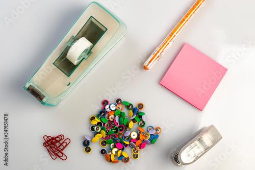 Fotografia Oggetti di cartoleria su scrivania per l'ufficio