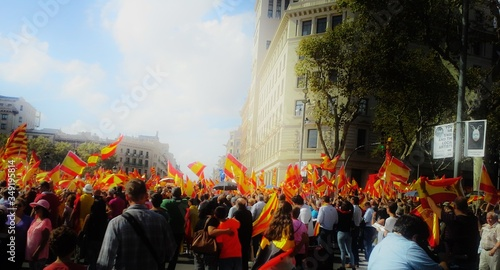 Foto Crowd With Spain Flags On Street In City Against Sky