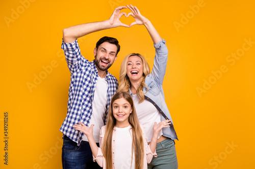 Fotografía Photo beautiful mom lady handsome dad little school girl daughter showing happy