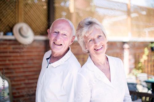 Retrato de abuelos felices en casa Canvas Print