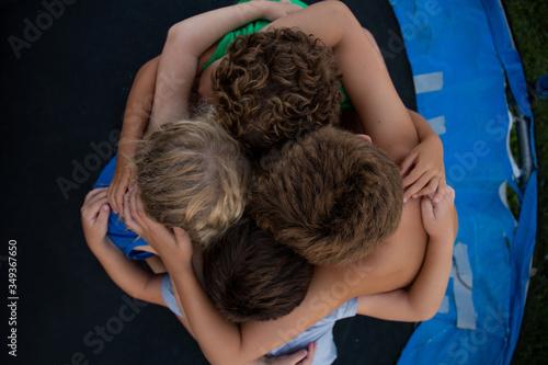 Photo niños jugando a decir secretos 4 cabezas juntas