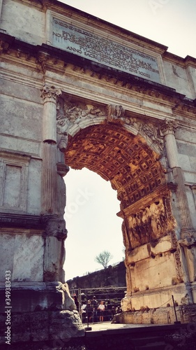 Fotografía Low Angle View Of Arch Of Titus