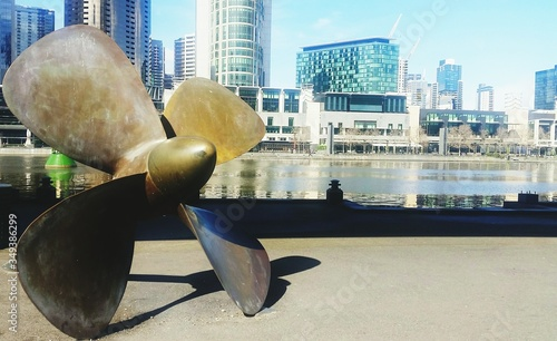Photo Propeller By Yarra River Against Cityscape