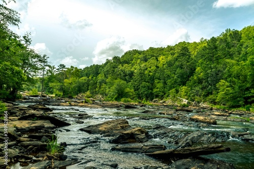 Foto Scenic View Of Rocky River Against Sky In Sweetwater Creek State Park