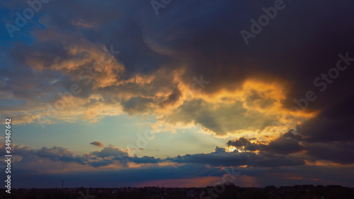 Zachód słońca na tle burzowych chmur.