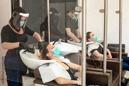 Servizio di lavaggio capelli dentro un salone da parrucchieri con tutte le dispo Fototapeta