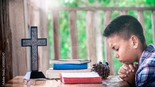 Christian child reading and memorizing the Bible and praying for better understanding, Christian learning concept Slika na platnu