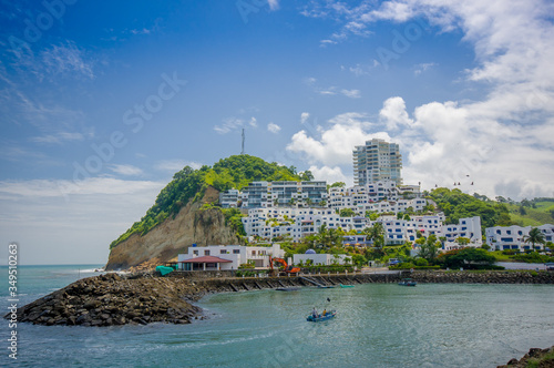 Fotografía Beautiful rocky beach with a buildings structure of hotels behind in a beautiful