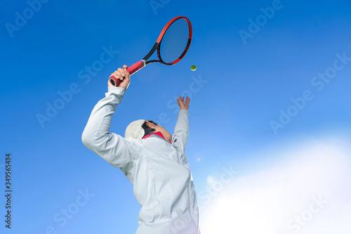 空高くボールを上げる、サーブを打つ瞬間のテニスプレイヤー Canvas-taulu