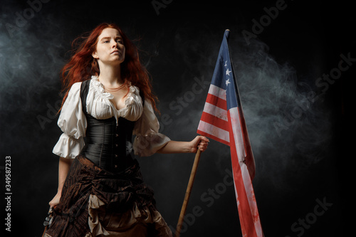 Cuadros en Lienzo Girl in historic dress from United States Revolutionary War with flag