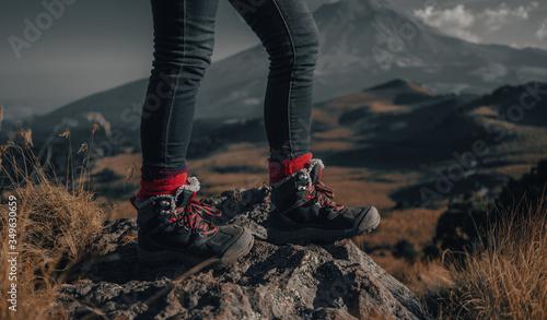 Alpinista mujer con botas de montaña admirando la vista junto al Popocatépetl en Puebla México rodeada de naturaleza Wallpaper Mural