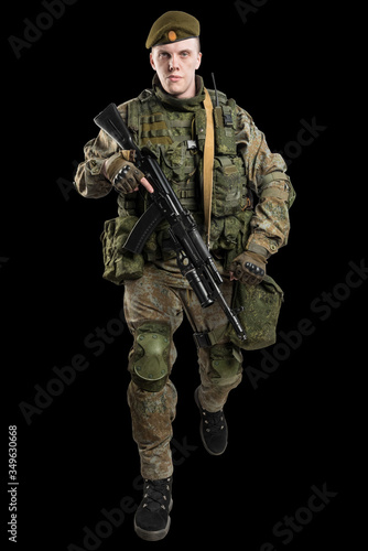 Foto Male Russian officer in mechanized infantry uniform isolated with clipping path