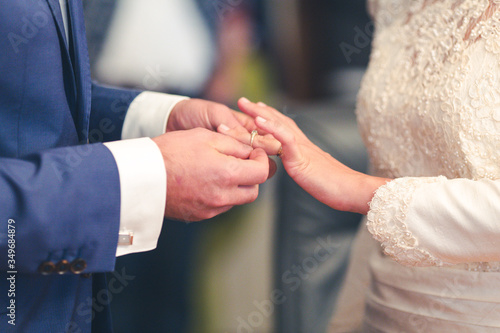Foto Midsection Of Bride And Groom Exchanging Rings During Wedding Ceremony