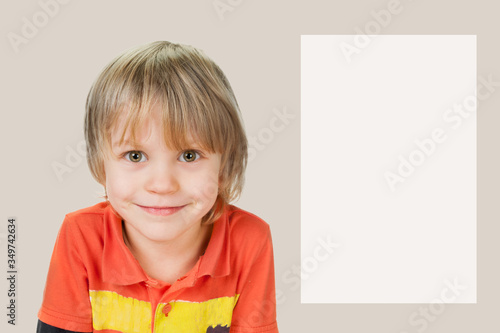Photo Cheerful little boy on abalone color background with blank copyspace for text