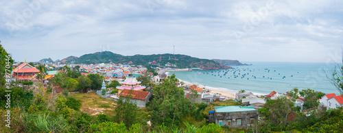 Valokuva Xuong Ly fishermen village on turquoise water coastline, awesome bay near Quy Nh