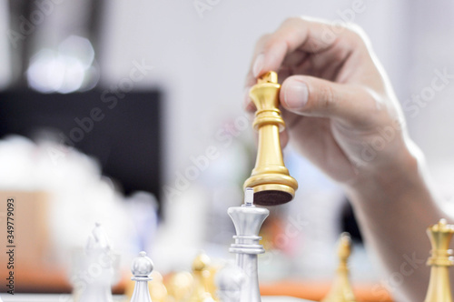 Foto Cropped Hand Of Man Hand Holding Chess Piece