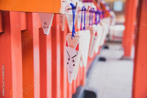 Fotografía Emas, tablillas de madera con dibujos a la entrada de un santuario japonés
