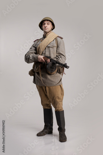Foto Actor man in an old military uniform and camouflage clothing of a soldier of the