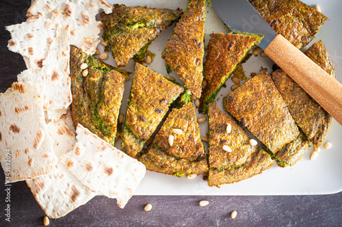 Photo Mixed herb Kuku, a traditional Iranian frittata, served as an appetiser or part of a mezze spread