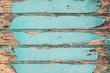 Alte Holzwand mit abblätternder Farbe, vor einer Sanierung