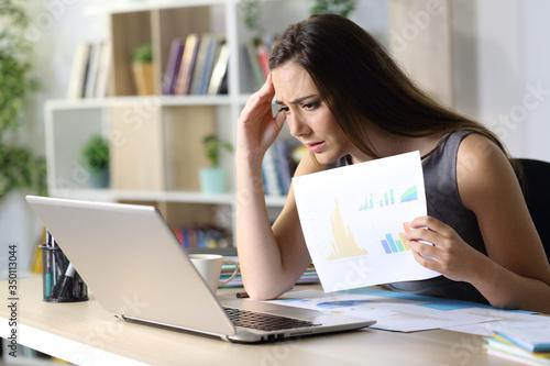 Sad entrepreneur showing bad report on videocall at homeoffice Fotobehang