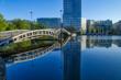 See und Brücke in einem Business-Park in Köln