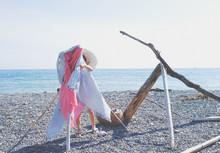 ビーチでタオルをかけ...