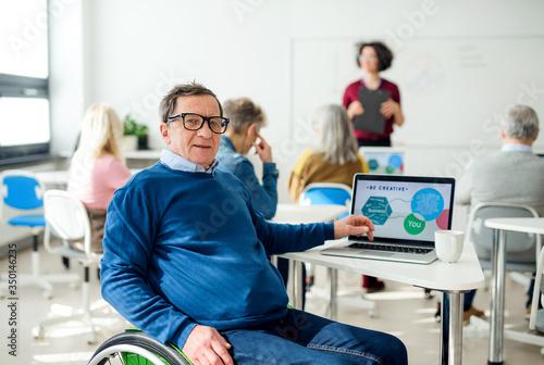 Papel de parede Senior man in wheelchair attending computer and technology education class