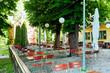 Schöner bayerischer Biergarten in Bayern mit Kastanienbäumen im Sommer