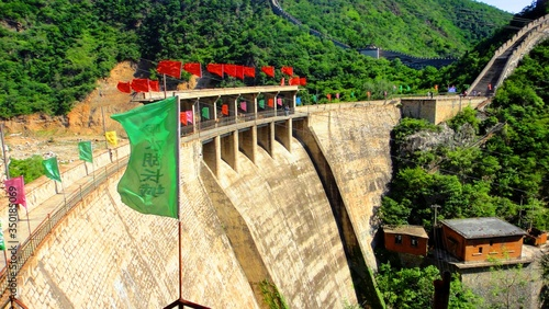 Fotografia Flags On Dam At Great Wall Of China