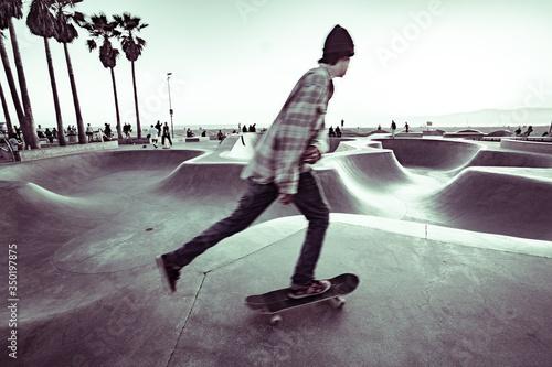 Photo A man is skateboarding at a skate park along the west coast
