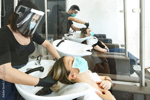 Obraz na plátně Servizio di lavaggio capelli dentro un salone da parrucchieri con tutte le dispo