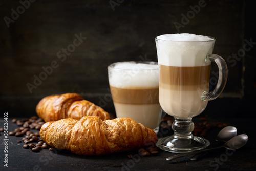Valokuva glasses of latte macchiato coffee and croissants