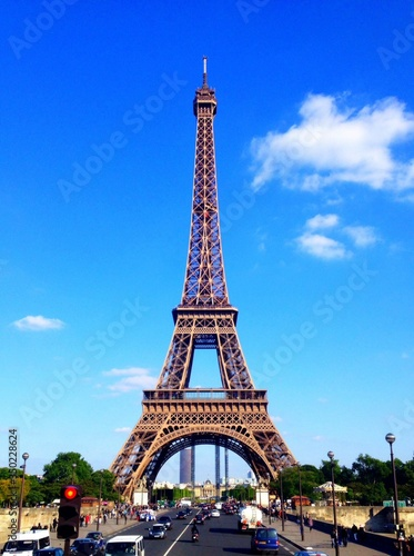 Foto Eiffel Tower Dominating Over Street
