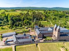 Die Benediktinerinnen-Abtei St. Hildegard (Kloster Eibingen) Liegt Oberhalb Der Stadt Rüdesheim Am Rhein, Mitten In Den Weinbergen.