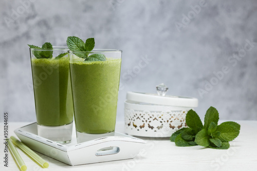 Photo Freshly blended green fruit smoothie in glass.